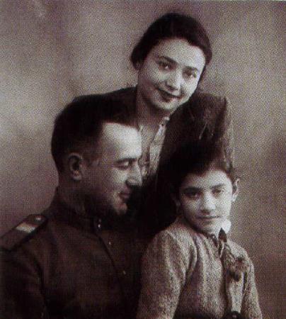 Нани в детстве с родителями