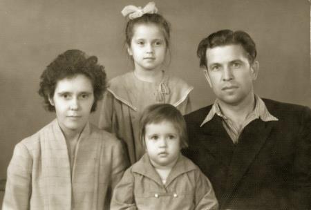 Вера со старшей сестрой и родителями в детстве