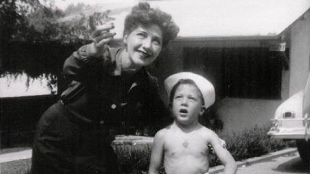 Дастин в детстве с мамой