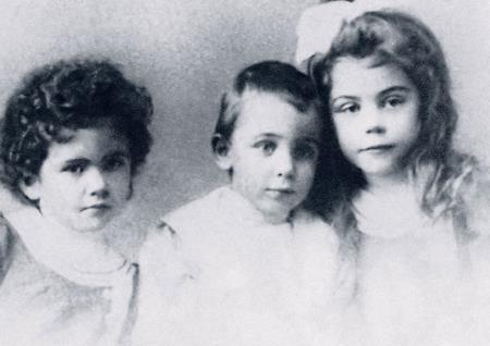 Оля с сестрой и братом в детстве
