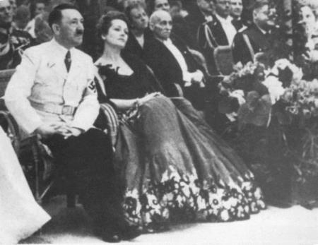 Ольга Чехова рядом с Адольфом Гитлером