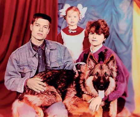 Юля с родителями, фото из семейного архива.