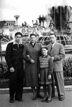 Вениамин Смехов в юности с сестрой Галиной и родителями
