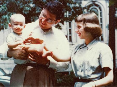 Стивен с родителями на руках