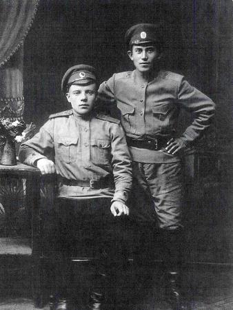 Солдат Николаи Ежов в 1916 году, на фото справа.