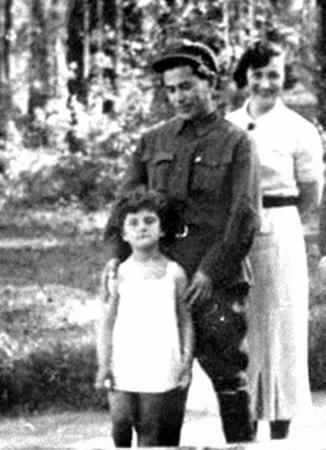 Николаи Ежов с женой Евгенией и приемной дочкой