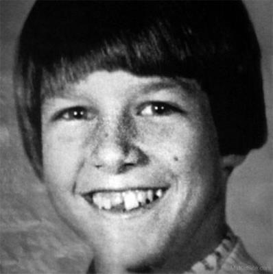 В детстве Том был закомплексован из-за неровных зубов и маленького роста