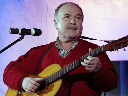 Николай Николаевич прекрасно играет и поет
