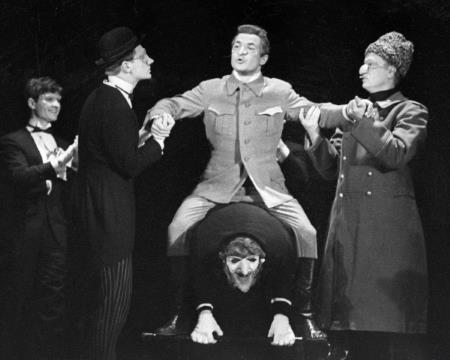 Николай Губенко на сцене театра в роли Керенского