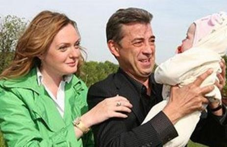 Николай Добрынин с женой Екатериной и дочкой.
