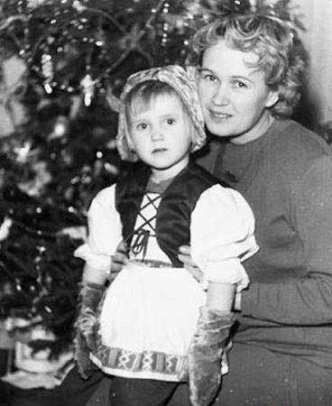 Ира в детстве с мамой
