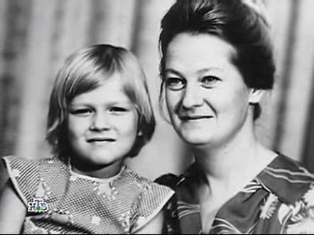 Олеся с мамой в детстве