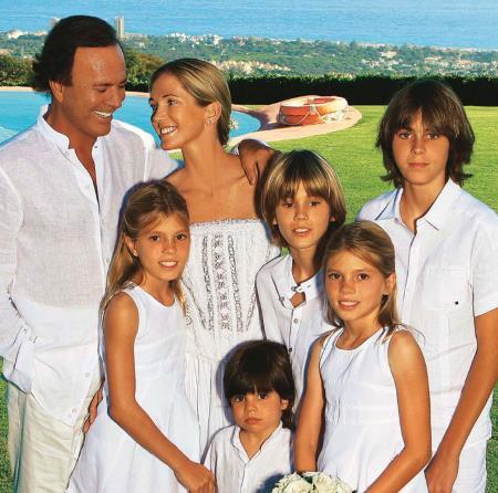 Хулио Иглесиас с семьей