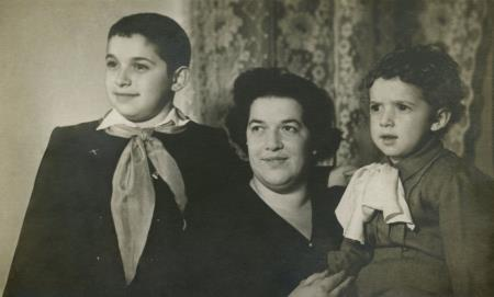 Юлий, мама и младший брат Михаил в детстве