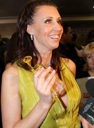 Наталья Сенчукова получает премию «Золотого граммофона»