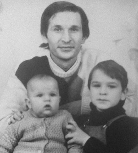 Виктор с братом и отцом в детстве