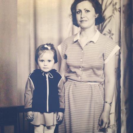 Маленькая Юлия с мамой в детстве