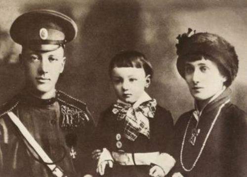 Анна Ахматова и Николай Гумилев с сыном Львом