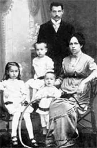 Виктория ( слева в нижнем ряду) с семьей