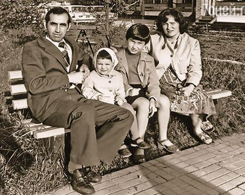 Светлана с сестрой и родителями в детстве