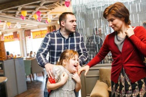 Светлана Зейналова  с мужем Дмитрием и дочкой