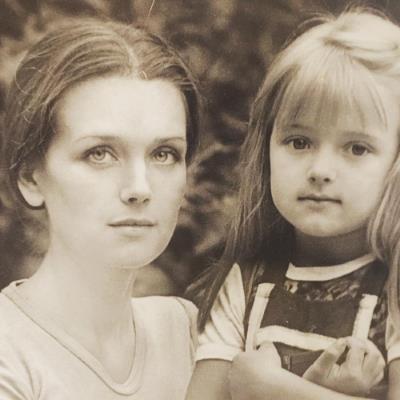 Ксения в детстве с мамой