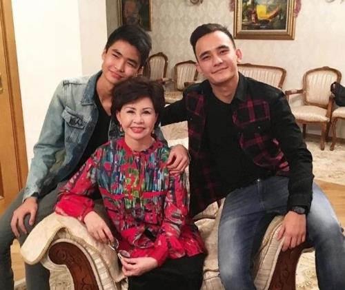 Роза Рымбаева с сыновьями