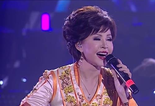 Роза Рымбаева на сцене