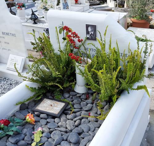 Могила Демиса Руссоса в Афинах