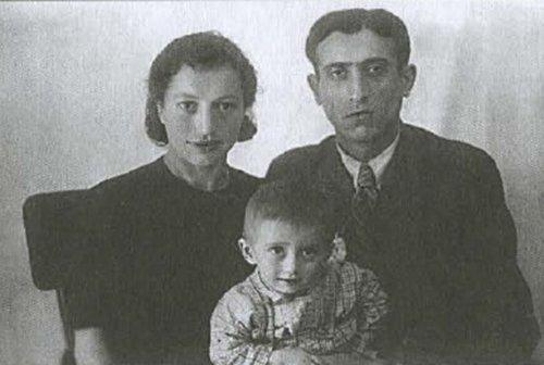 Юра в детстве с родителями