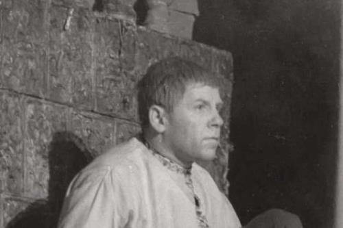 Николай Парфенов на сцене театра в роли Митрофанушки