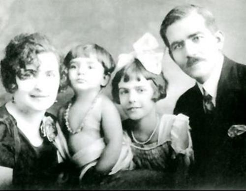 Мария в детстве с родителями и сестрой