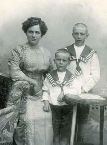 Дима с мамой и братом в детстве