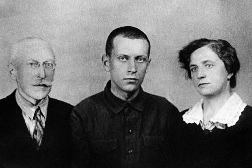 Заключенный Лихачев с родителями во время приезда к сыну в Соловецкий лагерь, 1929 г.
