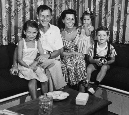 Фрэнк с первой женой Нэнси и их детьми