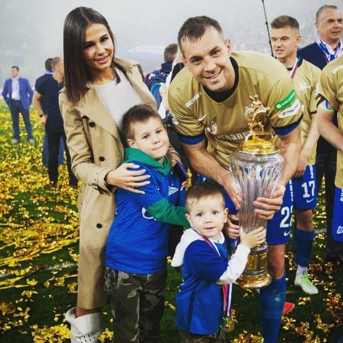Артем Дзюба с семьей: женой Кристиной и детьми Никитой и Максимом