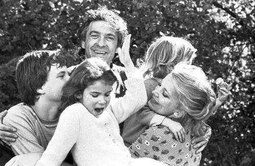 Джина Роулэндс с детьми и мужем