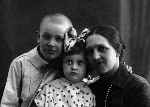 Таня в детстве с мамой и братом