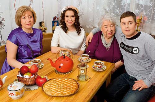 Кира Крейлис-Петрова с дочерью и внуками