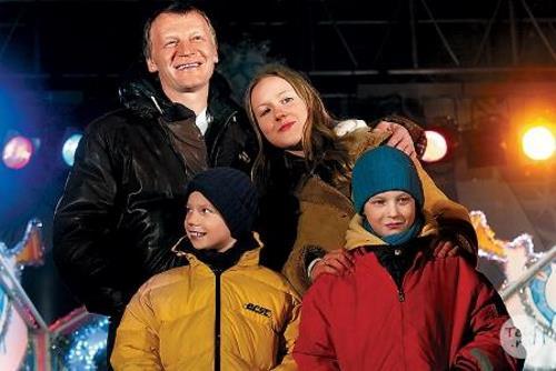 Алексей Серебряков с женой Марией и сыновьями