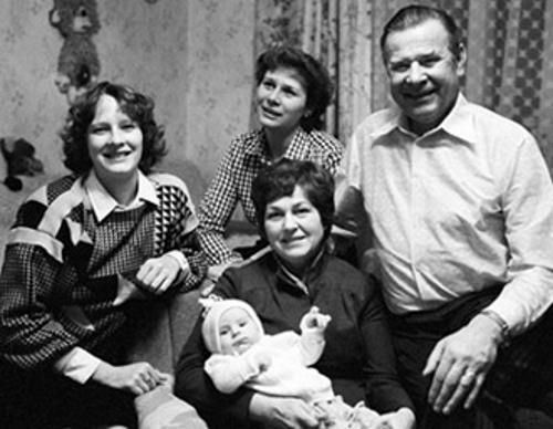 Лев Яшин с семьей: женой Валентиной и детьми