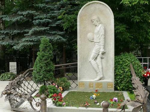 Памятник Льву Яшину на могиле на Ваганьковском кладбище