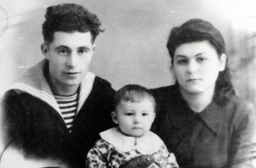 Сережа с родителями в детстве