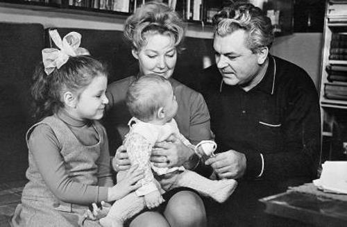 Супруги Ирина Скобцева и Сергей Бондарчук с детьми