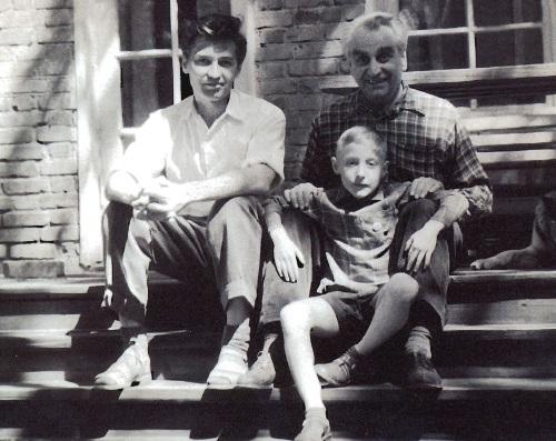 С сыном Дугласом и внуком Гришей на даче